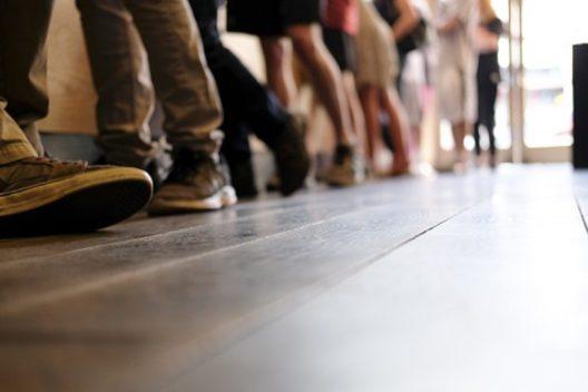 Schlange stehen (Bild: © Collin Quinn Lomax - shutterstock.com)