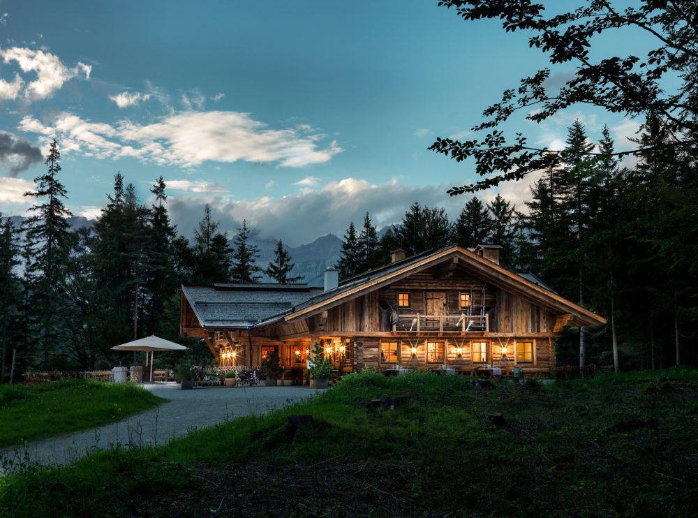 Interalpen hotel tyrol bietet mit charmanter almh tte eine for Tolle hotels