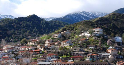 Panorama-Ansicht auf das Dorf Kakopetria auf Zypern. Im Hintergrund sind die Berge des Troodos Gebirges zu sehen. (Bild: Palis Michalis – shutterstock.com)