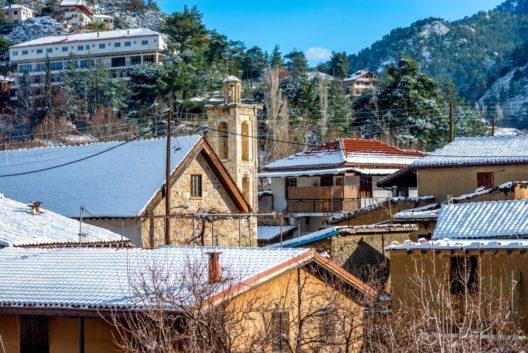 Das Hotel Makris in Kakopetria (linke obere Bildecke) bietet auf einem Hang gelegen eine herrliche Aussicht auf den Ort. (Bild: kirill_makarov – shutterstock.com)