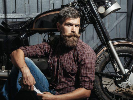 Auch auf Reisen lässt sich ein Bart pflegen (Bild: © Volodymyr Tverdokhlib - shutterstock.com)