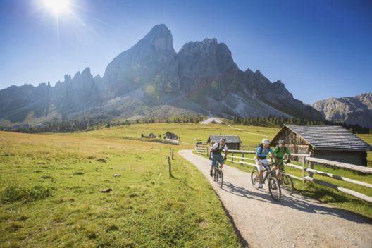 Mountainbiken am Hochplateau ist ein beliebter Sport in Südtirol, etwa zum Würzjoch, zwischen Eisacktal und Kronplatz mit Blick auf Peitlerkofel. (Bild: © IDM Suedtirol / Daniel Geiger)