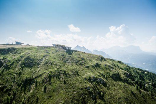 Blick aus der Ferne auf das MMM Corones (Bild: © www.wisthaler.com)