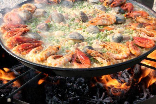 Im ursprünglichen Rezept des spanischen Nationalgerichts Paella wird Kaninchenfleisch statt Meeresfrüchten verwendet.