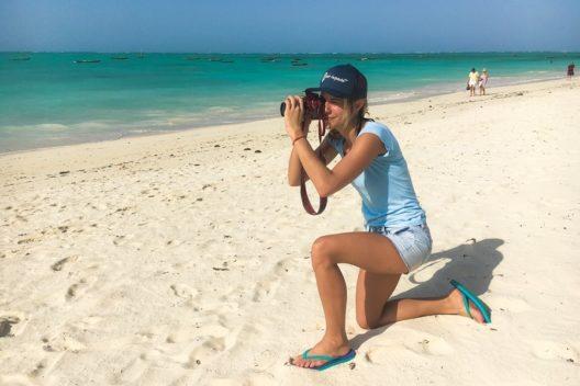Eine der Beach-Inspector.de Testerinnen auf Sansibar (Bild: obs/Beach Inspector)