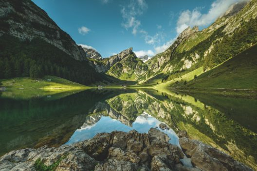 Blick ueber den Seealpsee Richtung Saentis. (Bild: Schweiz Tourismus / Martin Maegli)