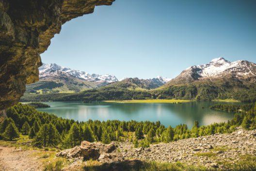 Fruehsommer am Silsersee. (Bild: Schweiz Tourismus / Markus Aebischer)