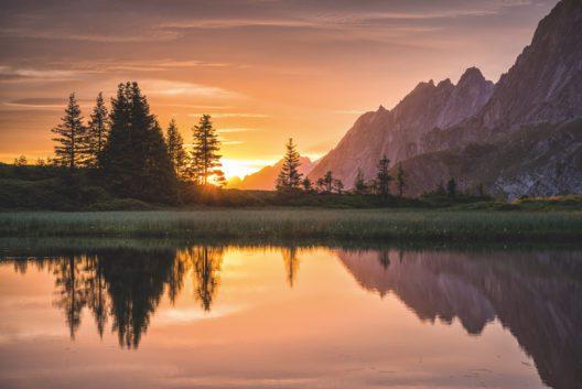 Sonnenaufgang am Bergsee auf der Grossen Scheidegg. (Bild: Schweiz Tourismus / Martin Maegli)