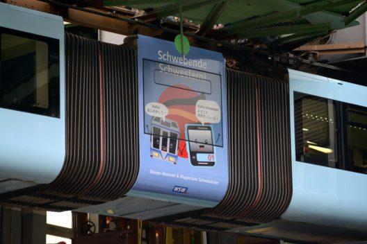Die Wuppertaler Schwebebahn im Kawaii-Design unterwegs auf der 13,3 Kilometer langen Strecke und befördert im Jahr rund 24 Millionen Fahrgäste. (Bild: obs/WSW Wuppertaler Stadtwerke GmbH/Bettina Osswald)