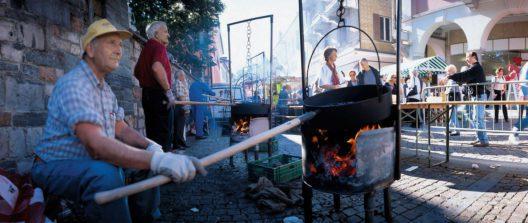 Kastanienfest am Seeufer von Ascona (Bild: © Ticino Turismo, Remy Steinegger / swiss-image.ch)