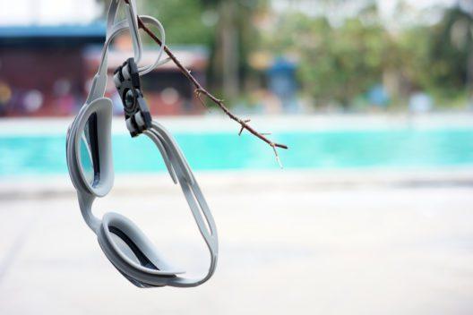 Mit einer Schwimmbrille Augenreizungen vermeiden (Bild: Fajrul Islam - shutterstock.com)