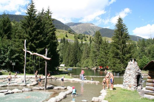 Badesee beim Campingplatz Fontanivas (Bild: Adrian Michael, Wikipedia, GNU, CC BY-SA 3.0)