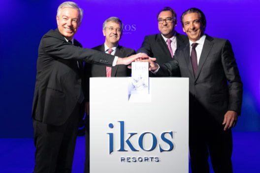 Von links nach rechts: Andreas Andreadis, CEO der Sani/Ikos Group, José María Urbano, Bürgermeister von Estepona, Arturo Bernal, Direktor des Tourismusverbands Costa del SolGeneral, und Luis Herault, CEO von Ikos Iberia