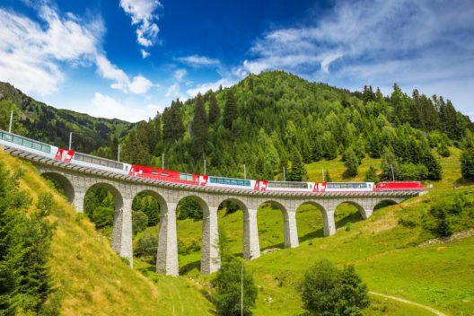 Landwasserviadukt – ein Wahrzeichen der Rhätischen Bahn (Bild: gevision – shutterstock.com)