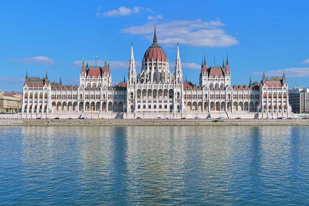 Das ungarische Parlament in Budapest in ganzer Breite.