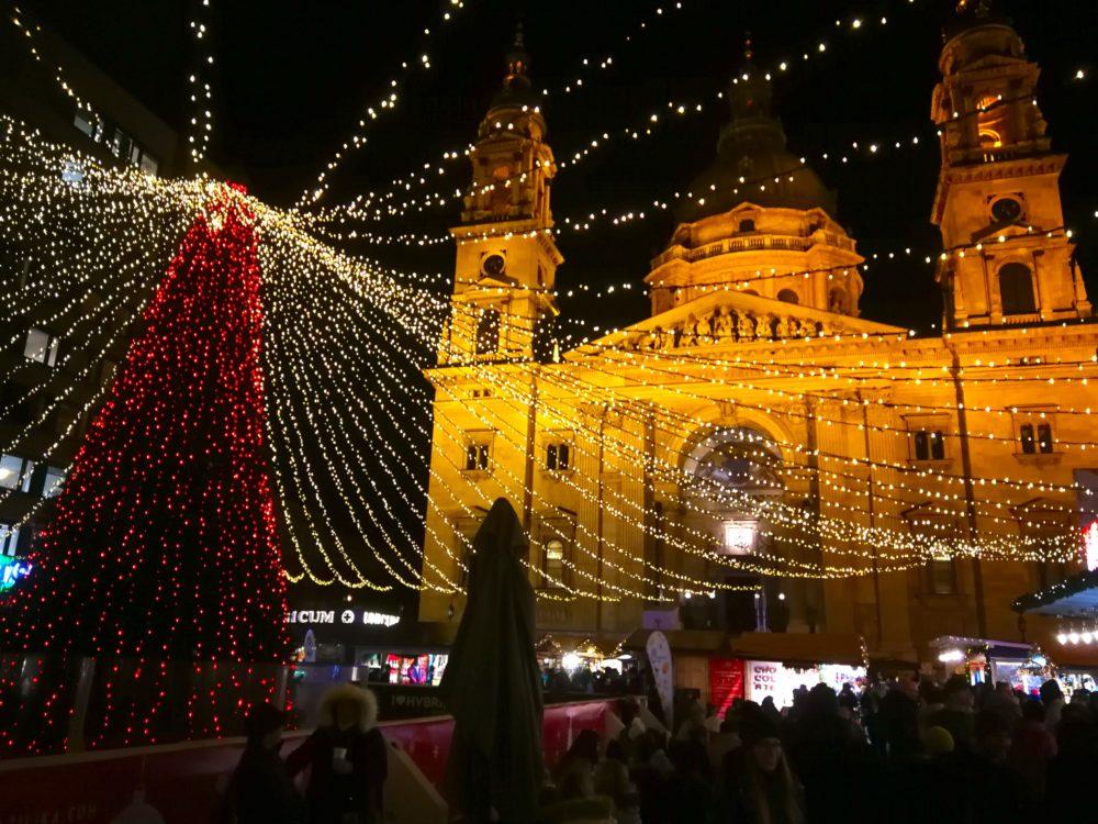 Der Budapester Weihnachtsmarkt mit St.Stephans-Basilika.