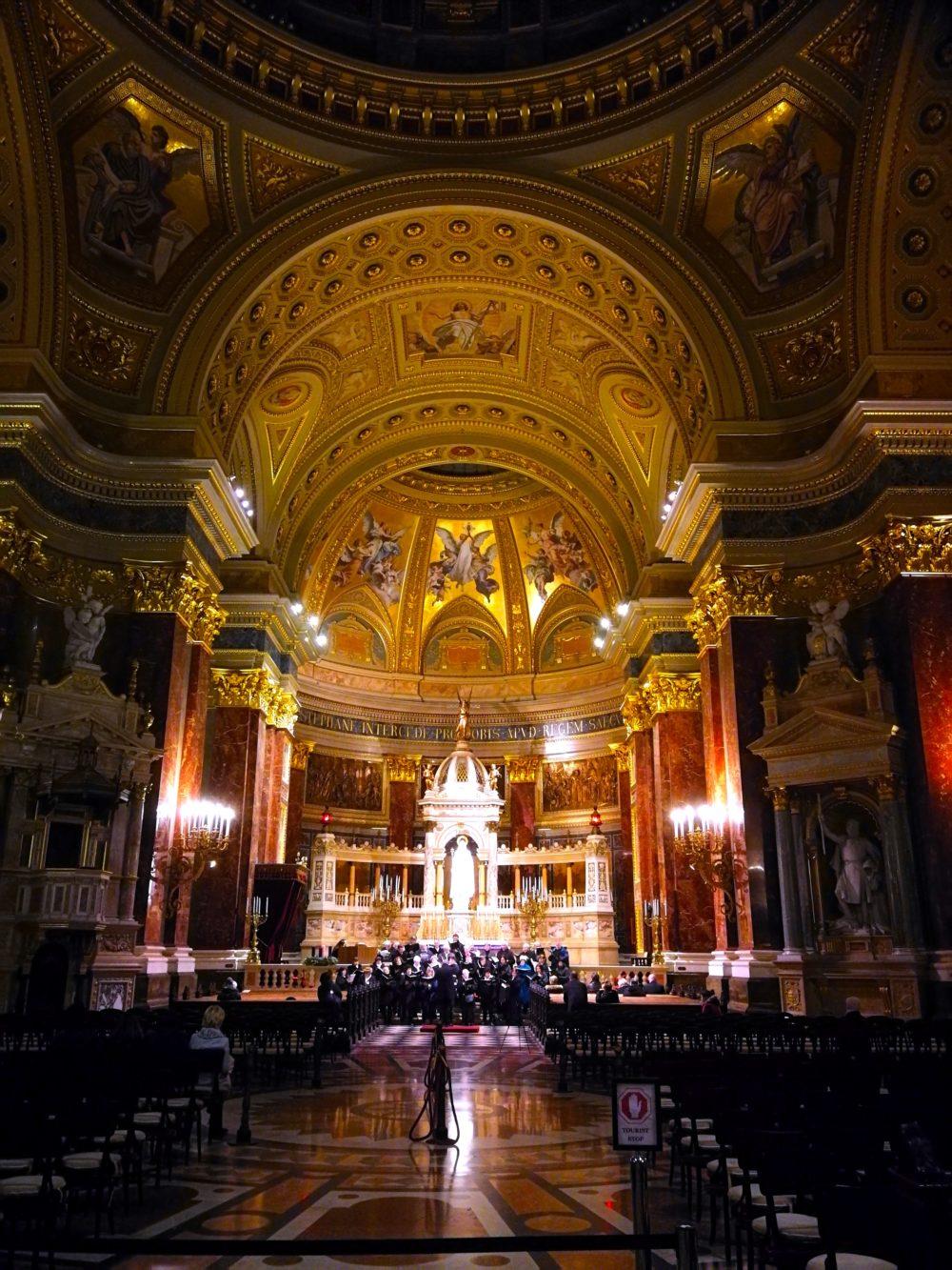 Die St.-Stephans-Basilika von innen.
