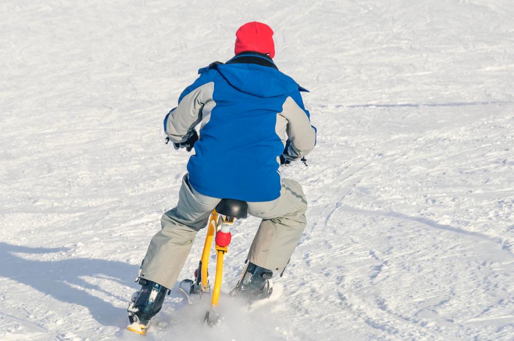 Schneespass mit dem Snowbike (Bild: Alexander Rochau - shutterstock.com)