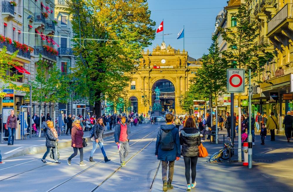 Die Bahnhofstrasse lädt zum exklusiven Shoppen ein. (Bild: trabantos - shutterstock.com)