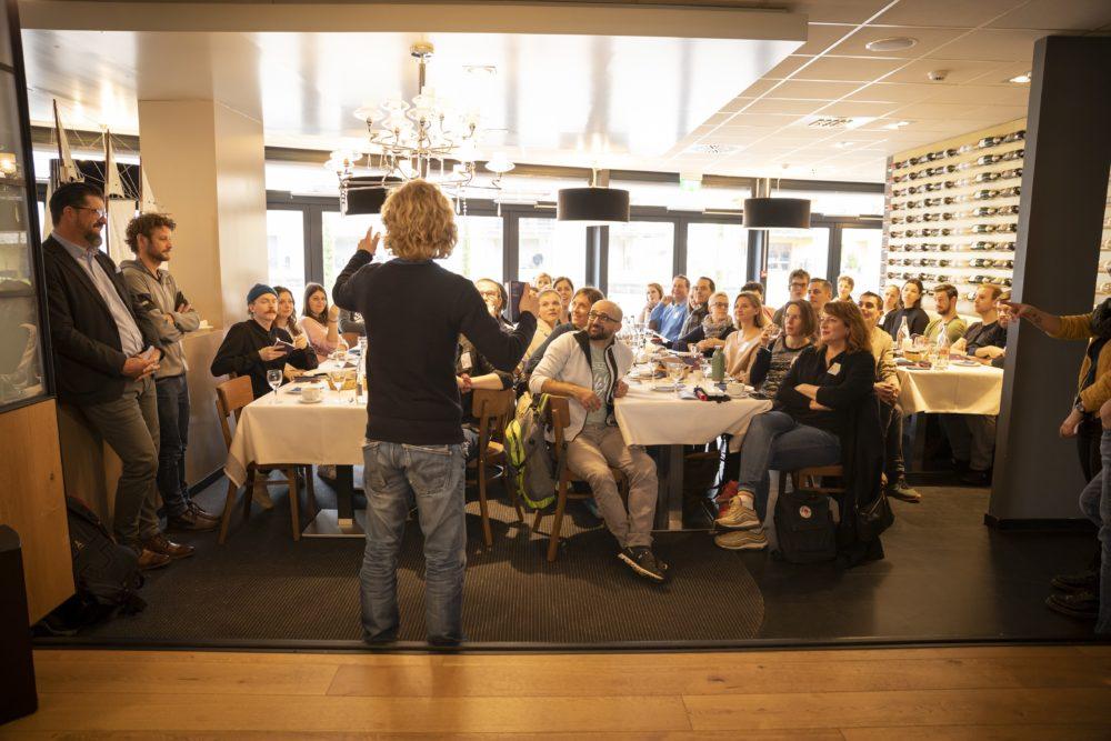 """Bunt gemischte Truppe: Blick in die Teilnehmerrunde des ersten """"GoVertical!""""-Videocamps. (Bild: © Heidiland Tourismus/Thomas Kessler)"""