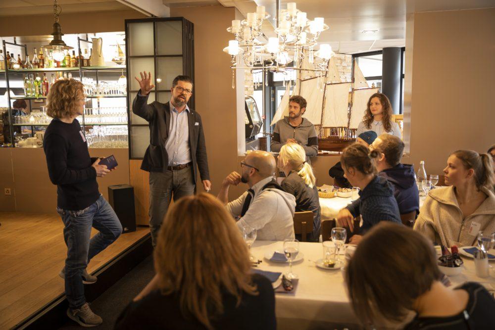 Daniel Grünenfelder, Geschäftsführer Marina Walensee AG, erzählt von der bewegten Geschichte des Hauses. (Bild: © Heidiland Tourismus/Thomas Kessler)