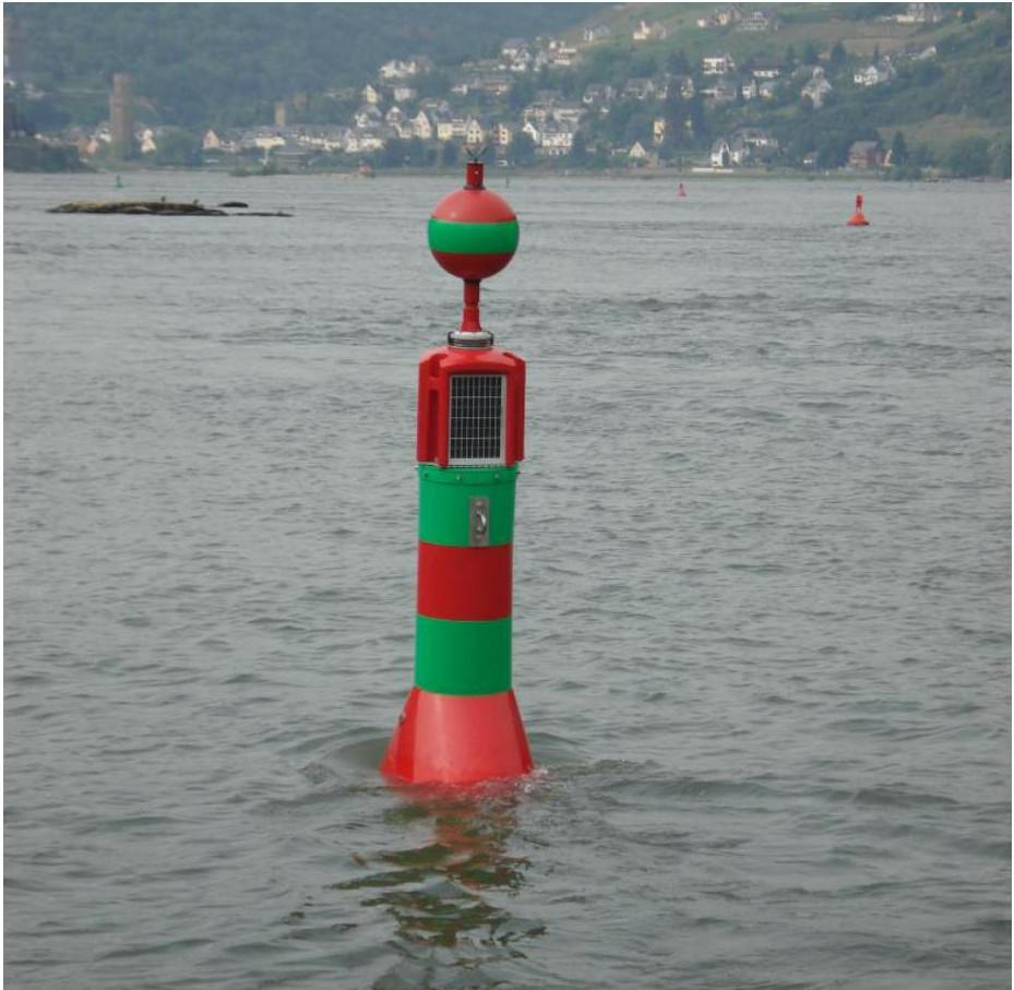 Vorgesehener Versuchsbojentyp (Abmessungen von L/B/H 140/70/260 cm, Farben werden angepasst, weiss-grünes und reflektierendes Signal wird angebracht)