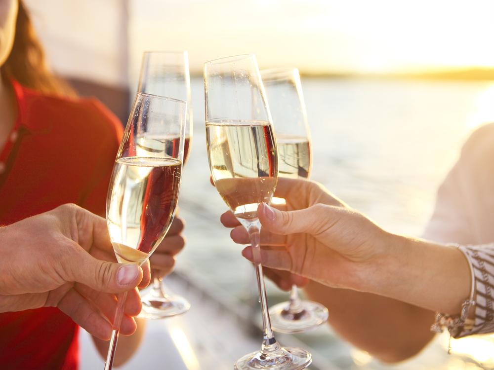 Auf die Reise anstossen - mit hochwertigem Champagner (Bild: Dasha Petrenko - shutterstock.com)